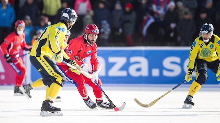 Rysslands Alan Dzusoev i semifinalen mellan Kazakstan och Ryssland. Foto: Rikard Bäckman/Bandypuls.se/TT