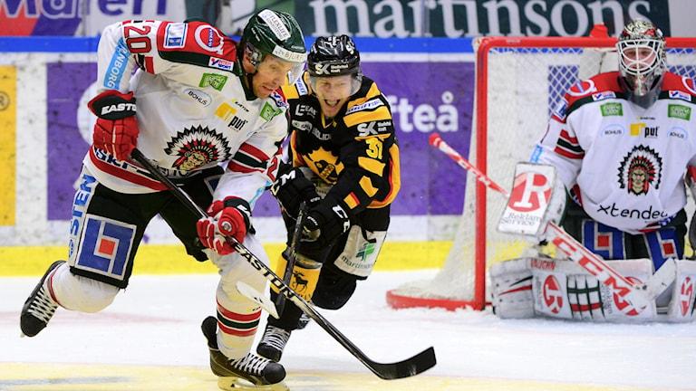 Frölundas Joel Lundqvist i kamp med Skellefteås John Norman. Foto: Robert Granström/TT