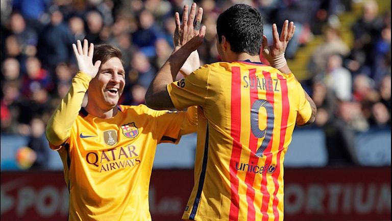 20160207 Leo Messi och Luis Suarez firar efter ett Barcelonamål. Foto: Alberto Saiz/AP photo
