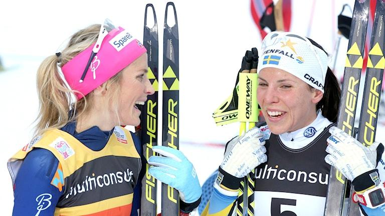 Therese Johaug och Charlotta Kalla skrattar ihop. Foto: TT