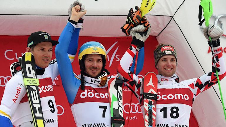 Andre Myhrer tillsammans med vinnaren Felix Neureuther och trean Marco Schwarz. Foto: AFP/TT