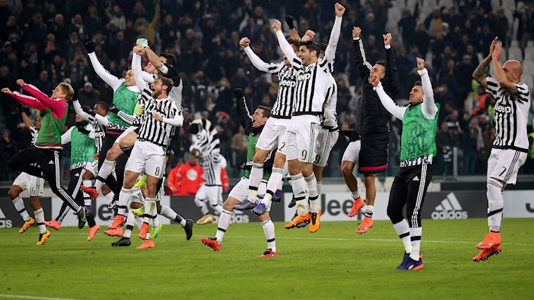 Juventus firar segern i toppmötet. Foto: AFP/TT