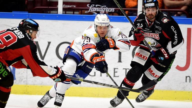 Malmö 20160218 Växjös Patrik Lundh mellan Malmös Eric Himelfarb och Stefan Warg under torsdagskvällens ishockey-match i SHL mellan Malmö och Växjö i Malmö Arena.