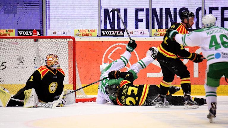 GÄVLE 20160218 Rögles Ludvig Rensfeldt gör 0-1 till sitt lag när Brynäs möter Rögle i SHL match på torsdagen på Gavlevinken Arena i Gävl