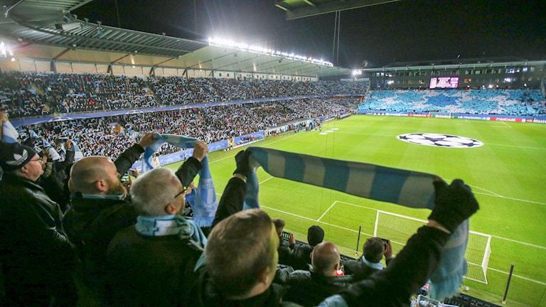 Publiken laddar upp inför MFF:s CL-match mot Sjachtar Donetsk