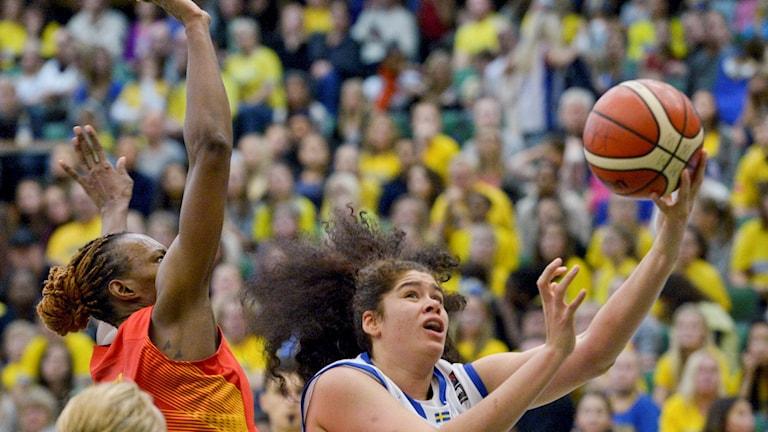 Sveriges Amanda Zahui under korgen mot Spanien