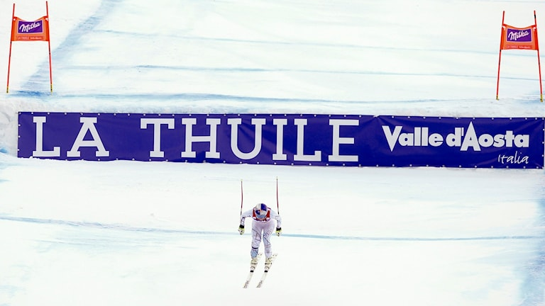 Lindsey Vonn passerar mållinjen.