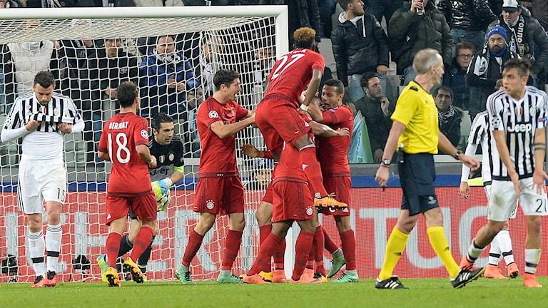 Bayern-spelarna jublar i Italien.