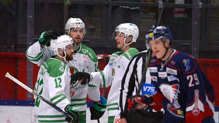 LINKÖPING 2016-02-24 Rögles Jordan Smotherman (mitten) uppvaktas efter 3-2 målet under onsdagens SHL-match mellan Linköping HC och Rögle BK i Saab Arena i Linköping. Foto: Carolina Byrmo / TT