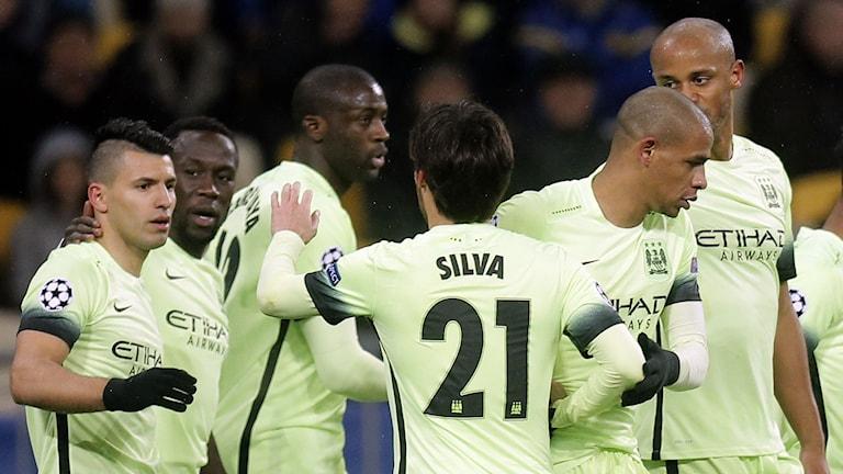 Manchester citys David Silva firar sitt 1-0 med lagkamrater i matchen mot Dynamo kiev den 24 februari 2016. Foto: TT