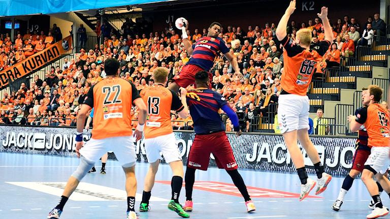 Barcelonas Wael Jallouz går på skott i CL-matchen mot Kristianstad.