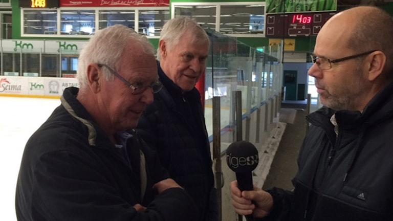 Christer Andersson, tidigare målvakt, och Kenneth Ekman, tidigare back i Tingsryd intervjuas av Dag Malmqvist. Foto: Roger Burman/SR