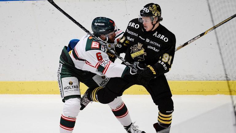 Tingsryds Drew Paris och AIK:s Malte Strömwall i en match i hockeyallsvenskan.