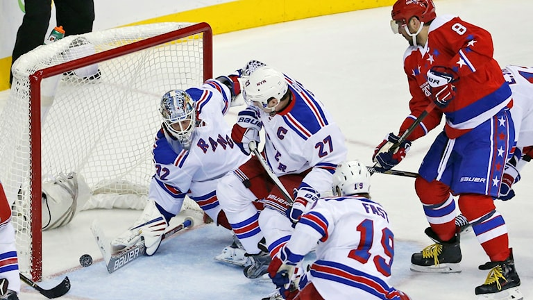 New York Rangers målvakt Antti Raanta mot Washington Capitals i NHL-ishockeyn.