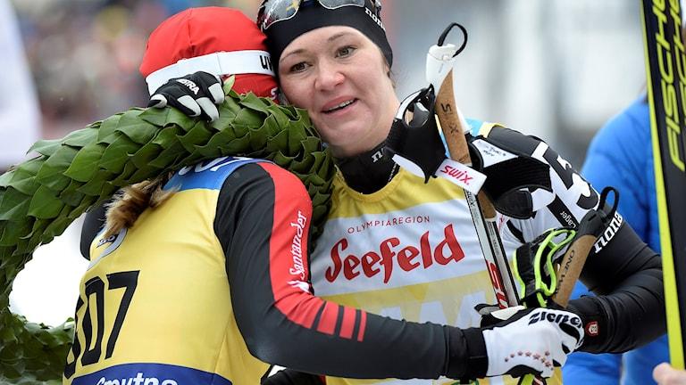 Britta Johansson Norgren slutade som tvåa i Vasaloppet 2016 och kramar om vinnaren österrikiskan Katerina Smutna efter målgång i Mora.