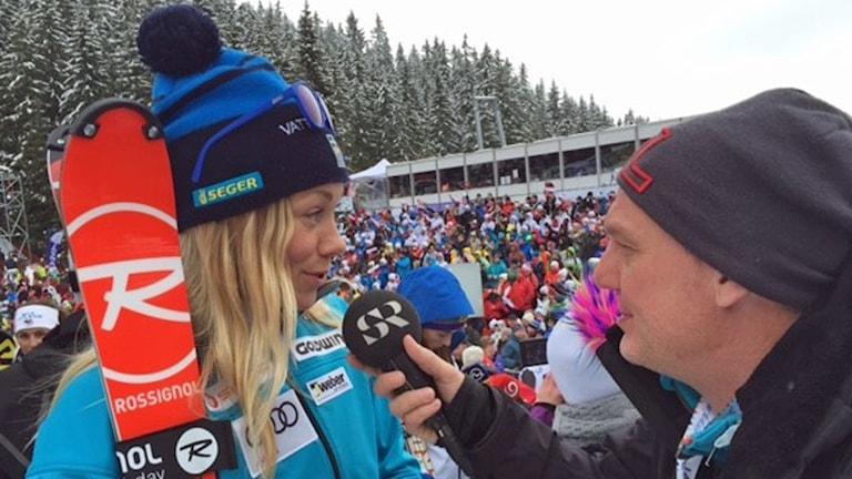 Frida Hansdotter intervjuas av Jonas Enarson efter säkrade cupsegern i Jasna. Foto: Tobias Hellman