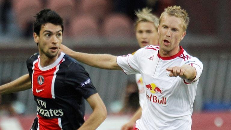 Rasmus Lindgren i duell med PSG:s Javier Pastore till vänster.