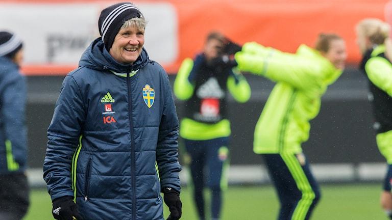 Pia Sundhage under Sveriges träning.