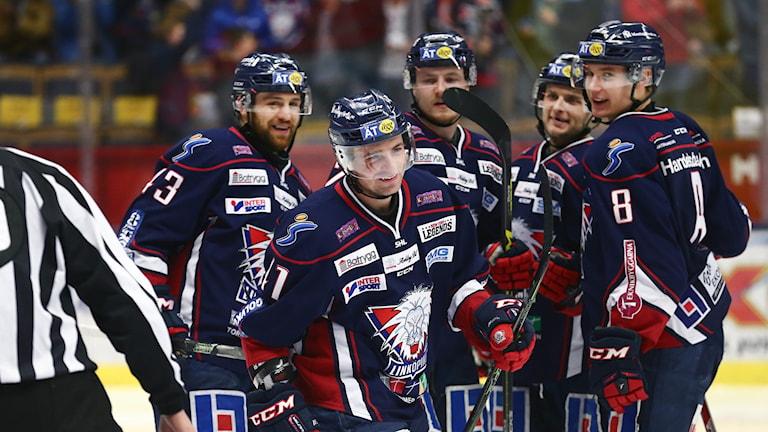 Linköpings Broc Little uppvakatas efter 1-0.