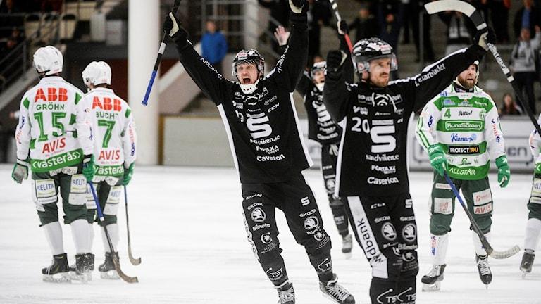 Sandvikens Patrik Nilsson (19, tv) jublar efter sitt 3-7 mål.