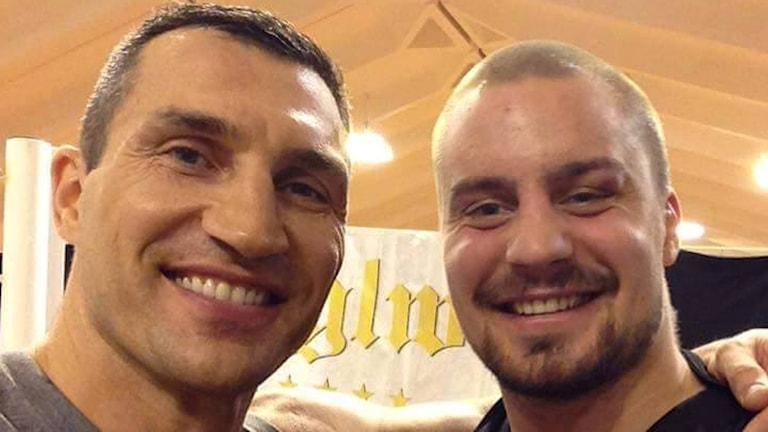 Malmös tungviktsboxare Adrian Granat, här tillsammans med världsstjärnan Vladimir Klitjko. Foto: Privat.