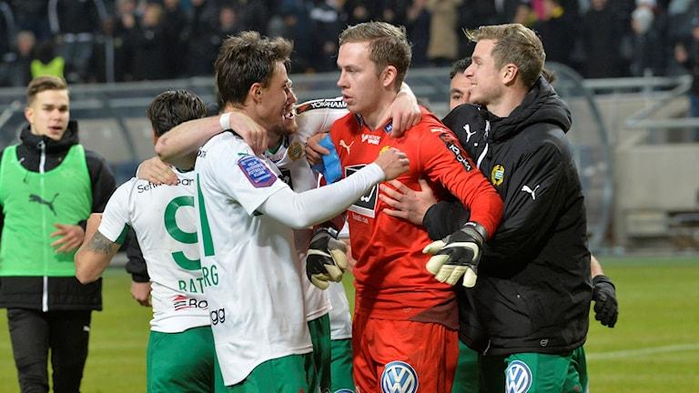 Hammarbymålvakten Ögmundur Kristinsson kramas om efter derbysegern mot AIK i cupen