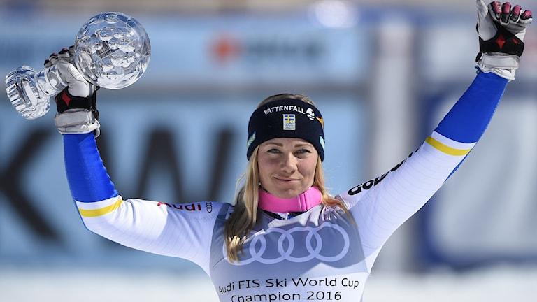 Frida Hansdotter lyfter slalompokalen