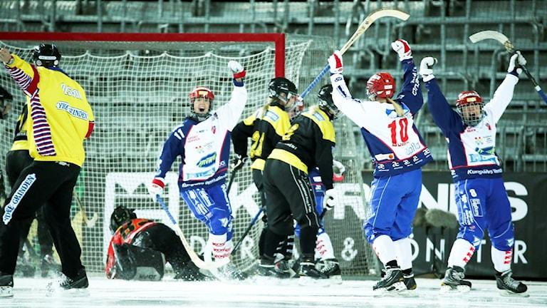 Stockholm 20160319 Kareby tar ledningen med 1-0 under SM-finalen i bandy för damer mellan AIK Bandy och Kareby IS på Tele 2 Arena i Stockholm. F