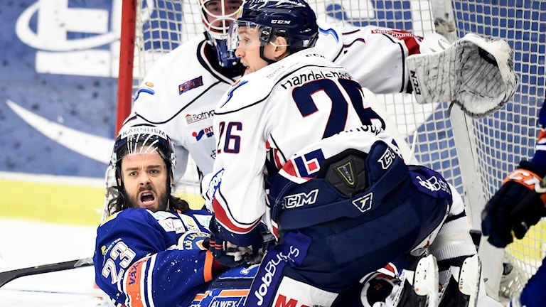 Växjös Ville Leino i kamp med Linköpings Jens Jakobs.