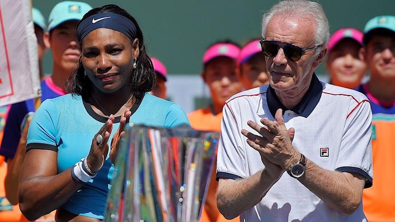 Serena Williams och Indian Wells turneringsdirektör Raymond Moore.