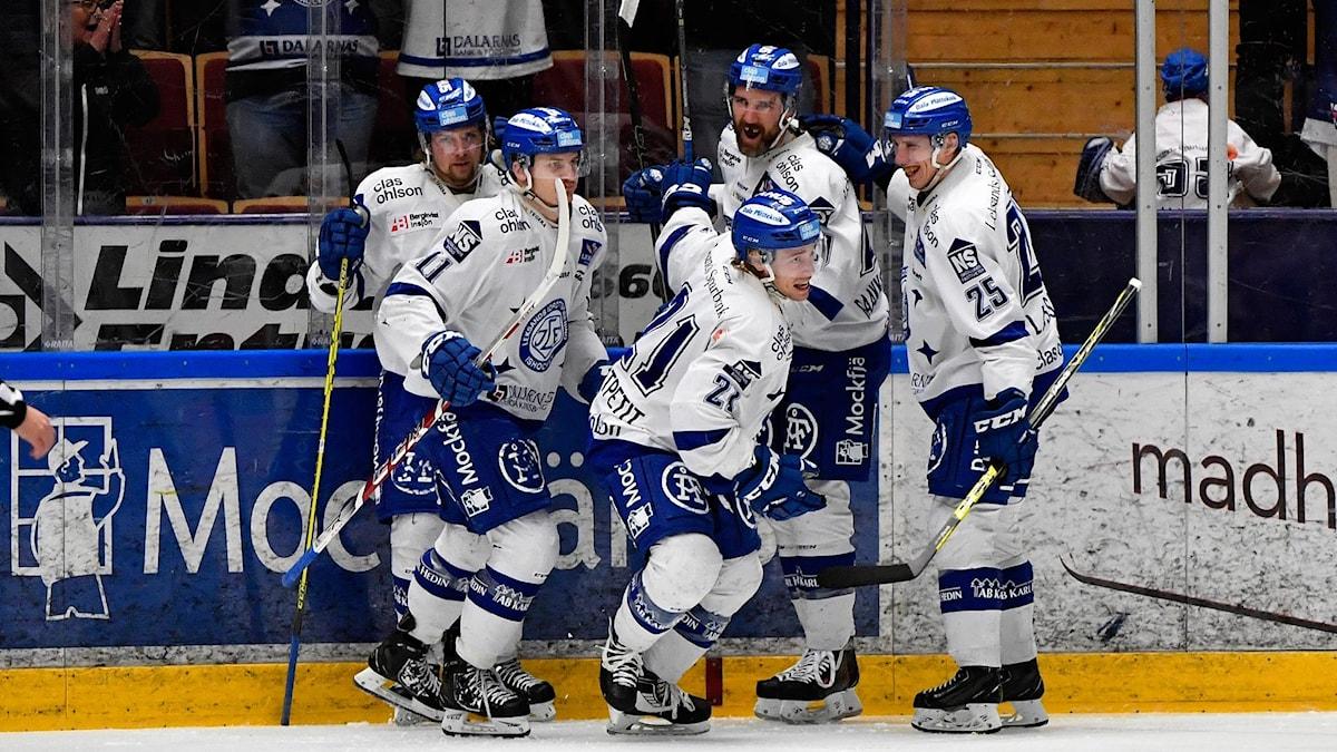 Glädje i Leksands lag efter Brock Montpetits 1-0 mål under lördagens direktkval till SHL. Foto: Nisse Schmidt/TT.