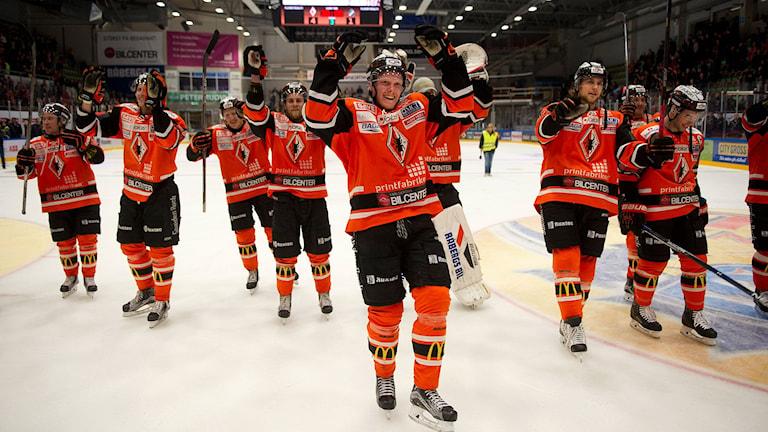 Glädje i Karlskrona efter söndagskvällens kvalmatch till SHL mellan Karlskrona och AIK i ABB Arena i Karlskrona. Matchen slutade 4-1, och därmed är Karlskrona kvar i SHL nästa säsong.