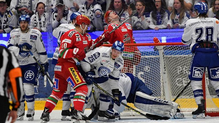 LEKSAND 2016-03-26 Modos Per-Åge Skröder mot Leksands Matias Lassen under lördagens direktkval till SHL (match 4 i bäst av 7) mellan Leksands IF och Modo Hockey i Tegera Arena i Leksand.