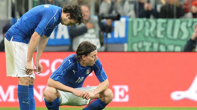 Italiens Matteo Darmian och Riccardo Montolivo deppar efter förlusten mot Tyskland.