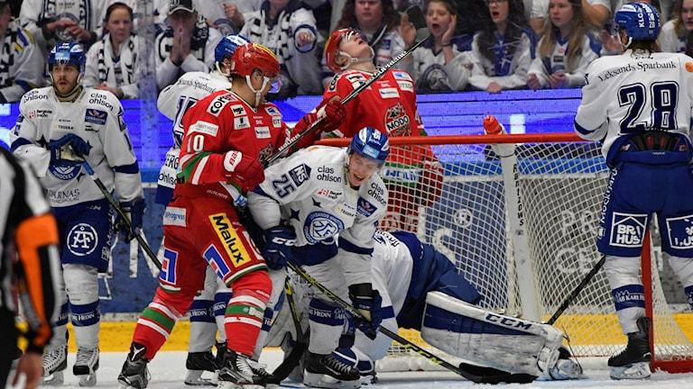 Modos Per-Åge Skröder i duell med Leksands Matias Lassen.