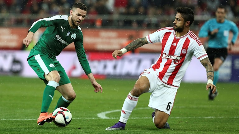 Panathinaikos Marcus Berg utmanas av Olympiakos Manuel Da Costa i grekiska ligan.