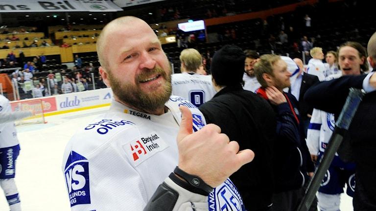 En tårögd Jonas Frögren efter sista matchen i karriären.