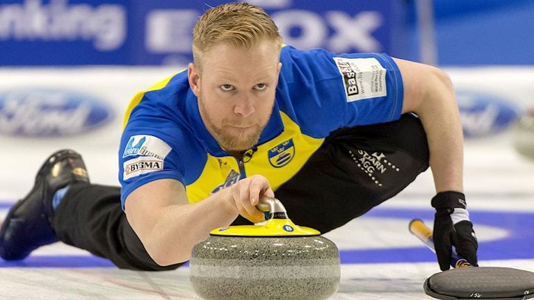 Niklas Edin under matchen mot Schweiz.