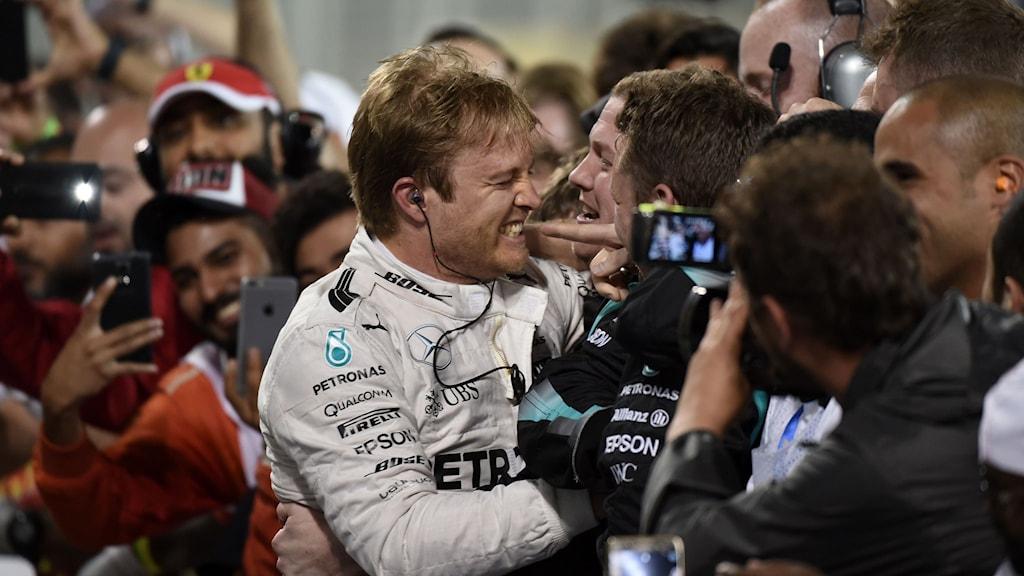 Nico Rosberg firar segern med stallkamraterna.