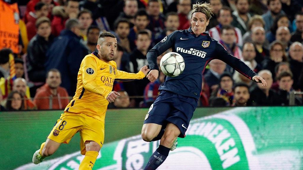 20160405 Athletico Madrids Fernando Torres i duell med Barcelonas Jordi Alba. Foto: Emilio Morenatti/AP photo