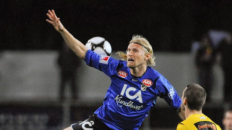 HALMSTAD 20090928 Halmstads Per Johansson mot James Keene i måndagskvällens allsvenska fotbollsmatch mellan Halmstads BK och IF Elfsborg på Örjans Vall i Halmstad.