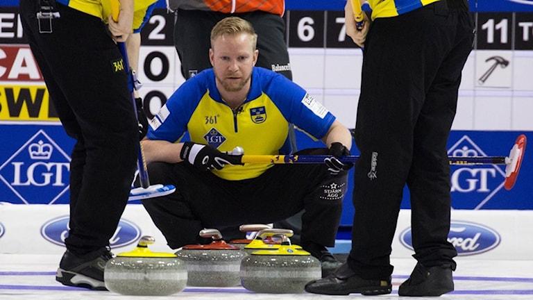 Niklas Edin fokuserad under VM i Basel. Foto: WCF