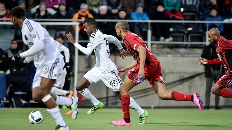 Alexander Isak sätter fart med bollen för AIK mot Östersund. Foto: TT