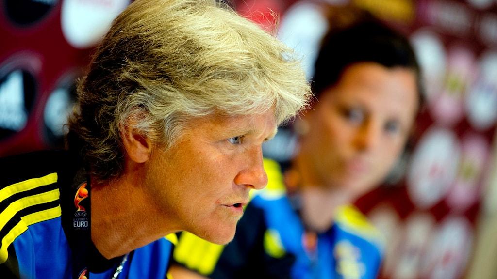 GÖTEBORG 2013-07-23 Pia Sundhage och Lotta Schelin på landslagets presskonferens inför semifinalen mot Tyskland imorgon på Gamla Ullevi i Göteborg