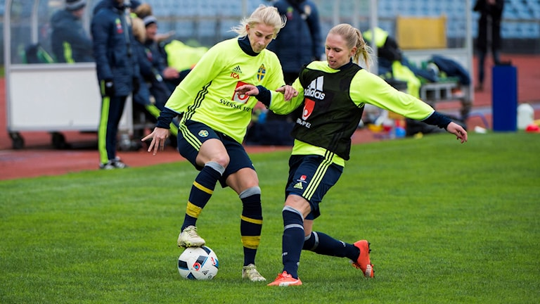 MALMÖ 2016-04-06 Sofia Jakobsson och Jonna Andersson under damlandslagets träning på Malmö Stadion inför EM-kvalmatchen mot Slovakien