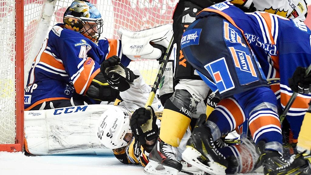 VÄXJÖ 2016-04-07 Växjös målvakt Cristopher Nihlstorp skadades under sista minuten av semifinal 4 i bäst av 7 i SHL mellan Växjö Lakers och Skellefteå AIK i Vida Arena i Växjö.