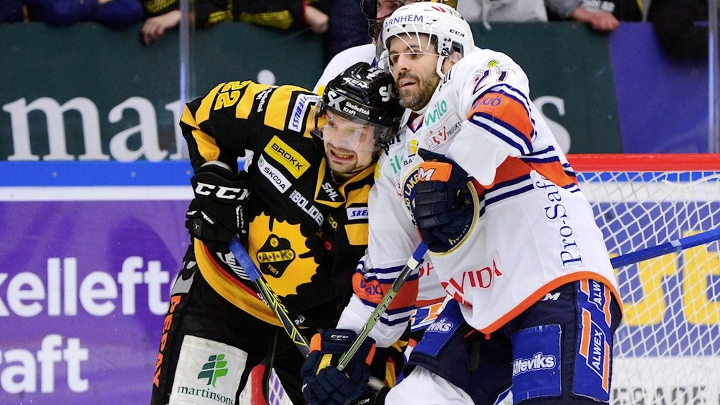 Skellefteås Janne Pesonen i kamp med Växjös Cory Murphy.
