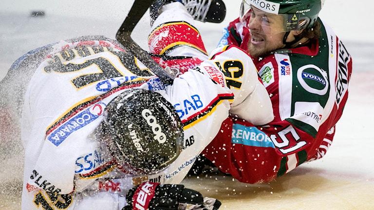 Frölundas Mats Rosseli Olsen drar ner Christian Jaros i Luleå.
