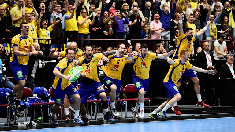 MALMÖ 2016-04-10 Jubel på bänken efter att Sveriges Niclas Ekberg satt straffen i slutet på söndagens OS-kvalmatch i handboll (grupp 2) mellan Sverige och Spanien i Malmö arena.