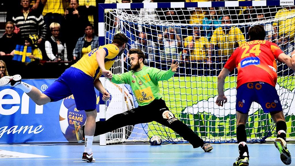 Niclas Ekberg sätter den avgörande straffen mot Spanien.